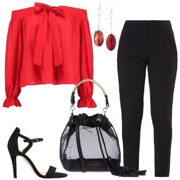 Outfit composto da camicetta con fiocco, maniche con coulisse scollata color rosso Cina, pantaloni neri a vita alta, sandali con tacco a spillo, borsa secchiello, in pelle e tessuto, orecchini con pendenti di resina.