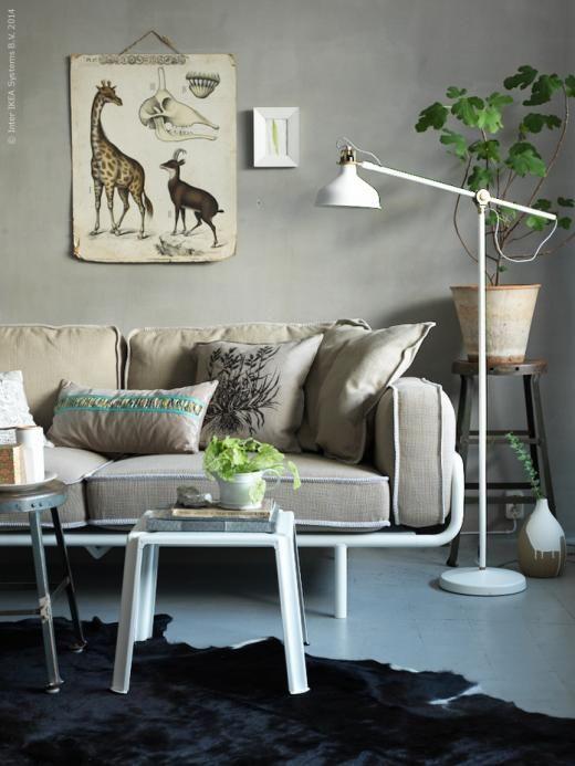 IKEA PS 2012 3-sits soffa, design Nike Karlsson, har mjuka extrakuddar och generöst sittdjup som ger gott om plats att sitta bekvämt och avslappnat. RANARP golvlampa, IKEA PS 2012 satsbord, vitlackat stål och bok.