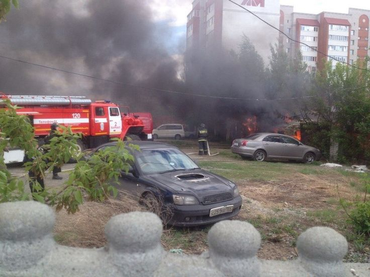 Автомобильная стоянка полыхает ав Барнауле