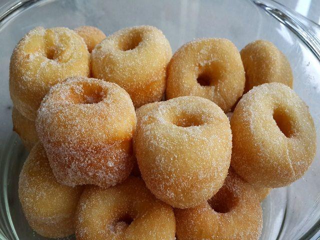 Resepi donut gebu lembut dan mudah disini sangat seronok buatnya, sebab bisa sedia sangat cepat. Kuih ini berbentuk lingkaran
