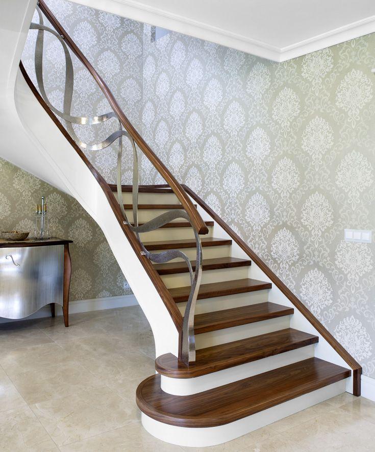 www.trabczynski.com  Trąbczyński   schody nowoczesne giętę ST795 – Dwie kondygnacje schodów giętych, wykonanych  z orzecha amerykańskiego i malowanego dębu. Balustrada z ręcznie kutej stali szlachetnej polerowanej na wysoki połysk, z pochwytami drewnianymi. Realizacja wykonana w prywatnej rezydencji , projekt – TRĄBCZYŃSKI   / Trabczynski Curved Modern Stairs ST795   #schodynowoczesne   #modernstairs  #curvedstairs  #woodenstairs #stairs
