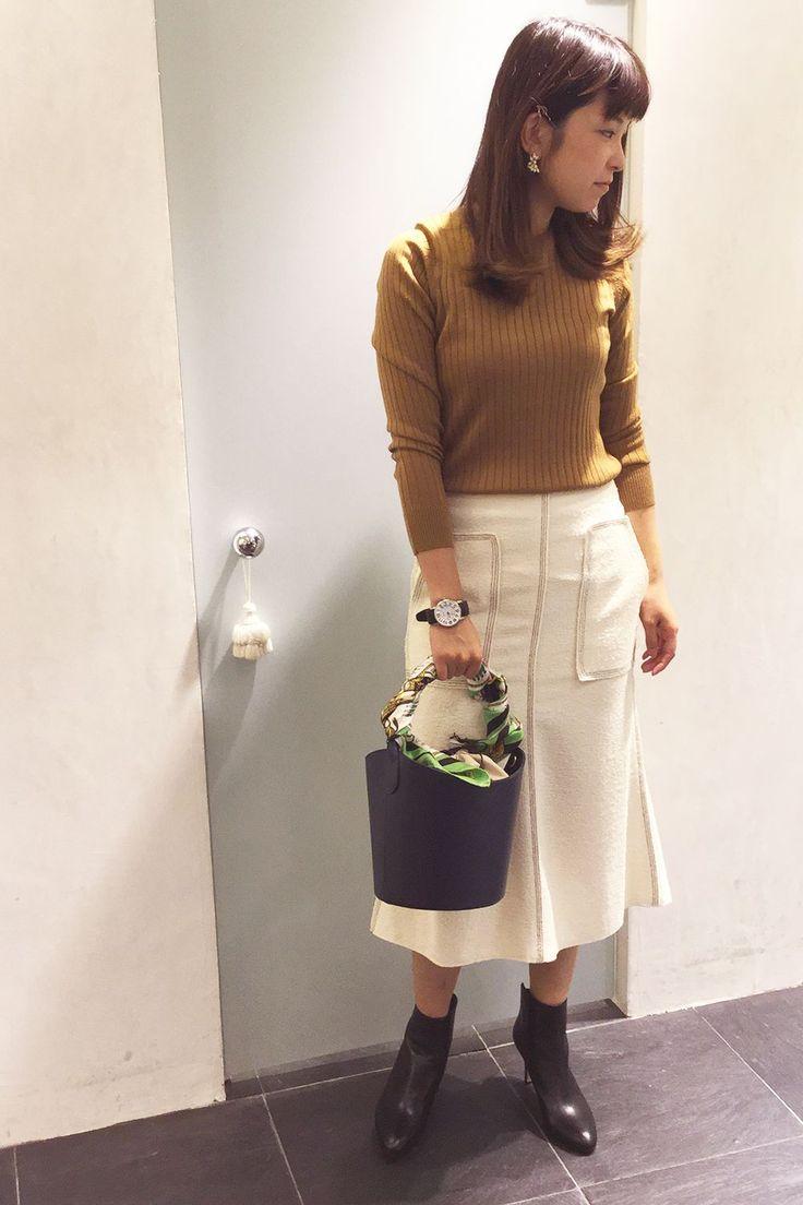 今シーズンHIT中のリブニットはミモレ丈スカートを合わせて、とことん女性らしく着こなすのがオススメ!インパクトのあるバッグで程よい遊びも効かせて♪