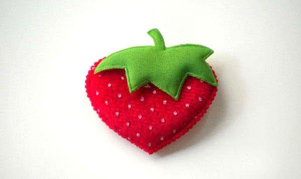 Πάνινη φράουλα για να δημιουργήσετε μπομπονιέρες βάπτισης ή οτιδήποτε έχετε φανταστεί.
