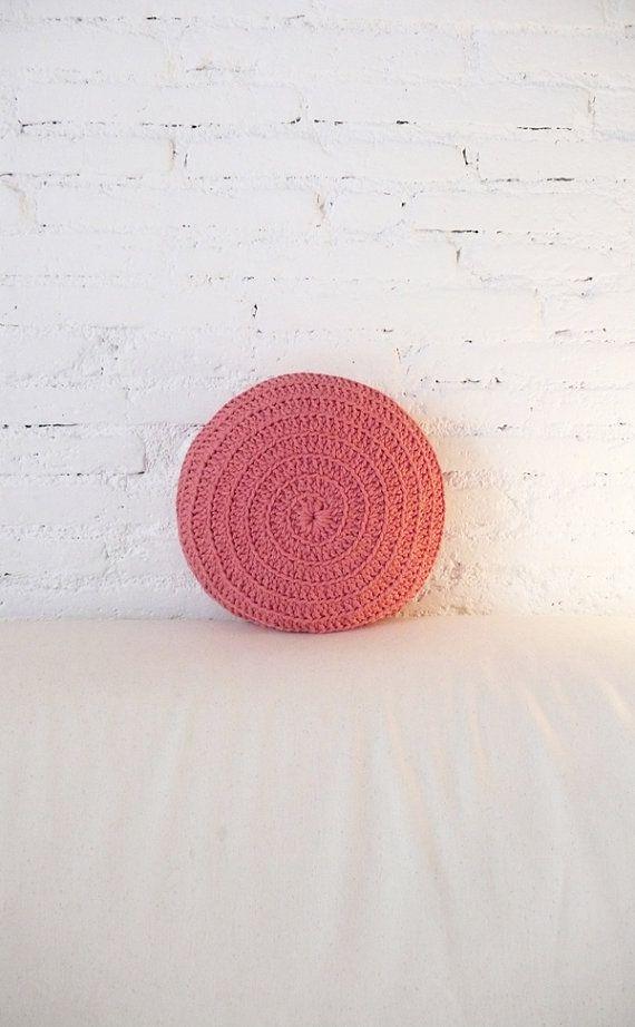Round Pillow Crochet pink por lacasadecoto en Etsy.