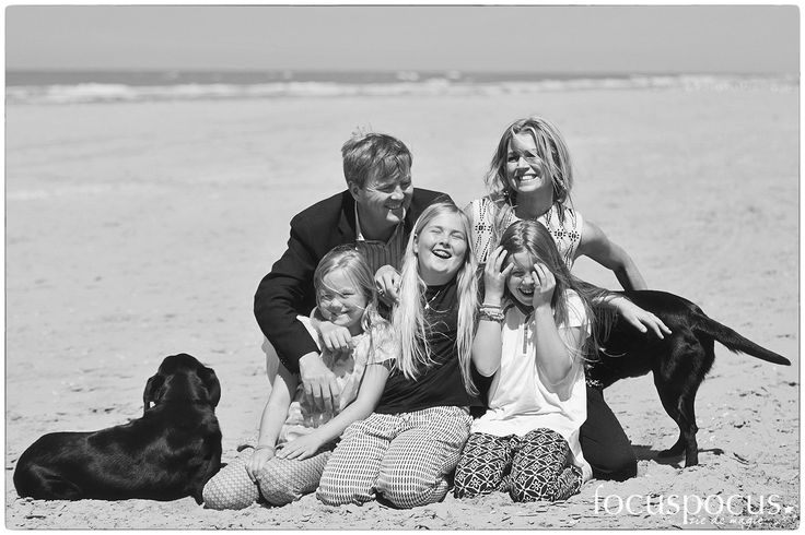 Fotosessie koning Willem-Alexander, koningin Maxima, kroonprinses Amelia, prinses Alexia en prinses Ariane op het strand van Wassenaar.   King Willem-Alexander of the Netherlands and Queen Maxima of the Netherlands with Crown Princess Catharina-Amalia of the Netherlands, Princess Alexia of the Netherlands and Princess Ariane of the Netherlands attend the annual summer photocall on July 10, 2015 in Wassenaar, Netherlands
