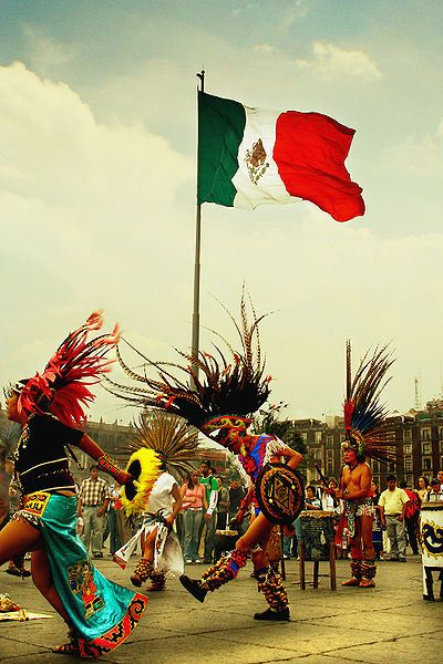Danzantes en el Zócalo, corazón de la Ciudad de México y segunda plaza más grande del mundo después de la de San Petesburgo