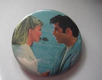 Vintage button grease grease the movie button john travolta olivia newton john eind jaren ''70 diameter 56 mm in goede maar gebruikte staat zie ook mijn andere grease button!