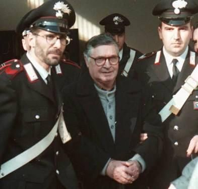 This guard beside infamous mafia boss Salvatore Riina looks exactly like Harrison Ford.
