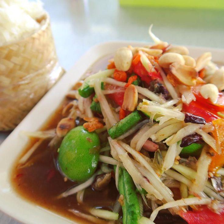 Green papaya salad with salted crab.  ソムタム青パパイヤサラダ タイに親しい人にも勧めないと言われた塩漬蟹入り意図せず食べてしまったー カオニャオもち米と一緒に  辛さと暑さで汗だっくだっくヒーハー言って食べるのが美味しいんだよーとタイのおいちゃんが昔言ってたよくわかる  お腹は大丈夫だった . . . #chiangrai #thailand #trip #travel #worldtraveler #papayasalad #somtam #thaifood #spicy #food #foodie #salad #タイ #チェンライ #タイ料理 #ソムタム #サラダ #世界のごはん #旅 #ヒーハー