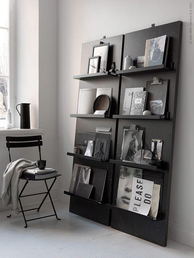 Favoritböcker, magasin och tavlor kan bli rummets mest stilsäkra blickfång placerade mot en mörk fond. Här har vi byggt magasinhyllor med hjälp av den nya bänkskivan SÄLJAN i svart marmormönster. Snyg