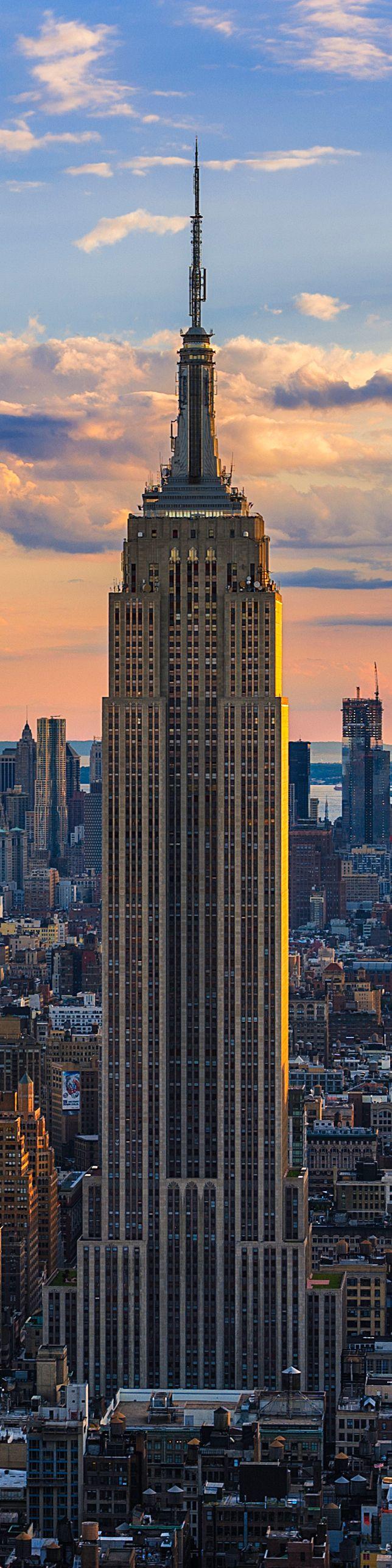 El Empire State Building, uno de los iconos de Nueva York. Situado en la 5ª Avenida, entre las Calles 33 y 34, al finalizarse su construcción en 1931, le quito el titulo de rascacielos mas alto del mundo al cercano  Edificio Chrysler, manteniéndolo hasta 1970, cuando las trágicamente desaparecidas Torres Gemelas del World Trade Center  se acabaron. La decoración interior es de estilo Art Decó.