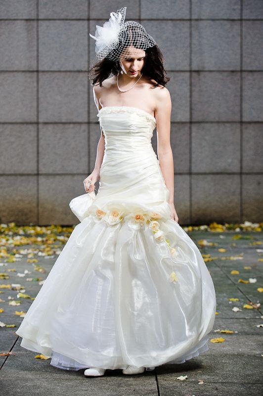 Svatební+šaty+Šaty+ze+smetanové+organzy+mají+vypasovaný+aranžovaný+živůtek+a+bohatou+sukni.+Horní+okraj+ukončen+krajkou.+Sukně+je+zdobena+skládanými+květy.+Vzadu+jsou+šaty+na+šněrování.+Velikost+38,+ale+je+možné+ušít+na+zakázku+jinou+velikost+i+barvu.+Samozřejmě+je+možné+šaty+vyzkoušet+a+příp.+upravit.+Místo+klasického+závoje+je+použit+aranžovaný+...