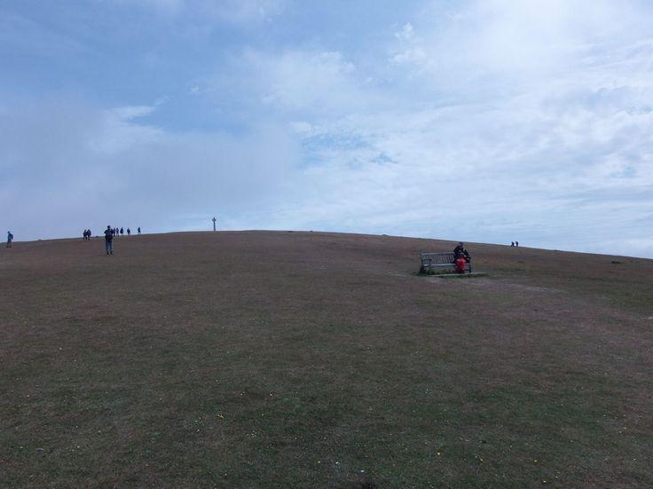 Už jsme docela blízko k Tennyson Monument ... a narazili jsme na první lavičku po asi 5 kilometrech cesty. Já a sestra jsme zjistili, že skoro všichni v naší skupině jsou rychlejší než my a budeme mít problém přizpůsobit se k jejich tempu. Bohužel obě průvodkyně vepředu, na trase žádná turistické značky, takže nám nezbývá nic jiného, že zrychlit chůzi a vydat ze sebe maximum ... snad těch 9 dnů přežijeme...