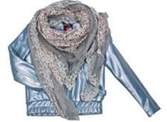 Stoer kort meiden jackje van VinRose in een mooi glanzend materiaal, afgezet met een elastieken boord. Mooie belijningen op het voor- en achterpand, waarin 2 zakken zijn verwerkt. Gevoerd met een frisse print.
