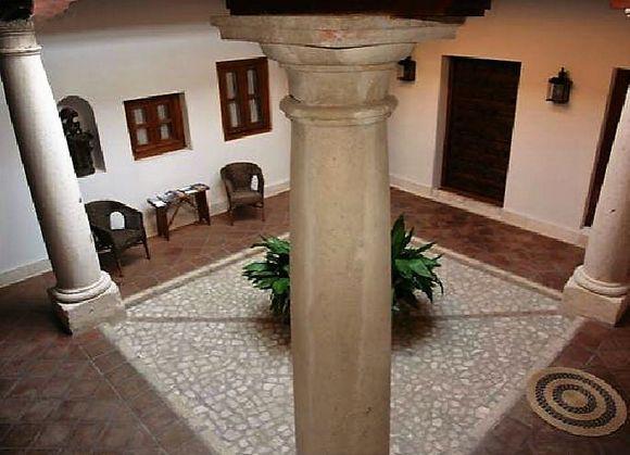MADRID, COLMENAR DE OREJA. La Casa del tío Luis. Antigua casa de piedra de finales del siglo XVII. Está dotada de 8 dormitorios diferentes (uno adaptado): seis dobles y dos cuádruples (uno de ellos con cocina). Todos cuentan con su propio baño de diseño. La casa tiene dos cocinas, dos salones, patio castellano, zaguán, cueva y jardín arbolado con piscina. Situada en el centro de la localidad, con una extraordinaria Plaza Mayor y numerosas bodegas visitables. #CasaRuralAccesiible #Madrid