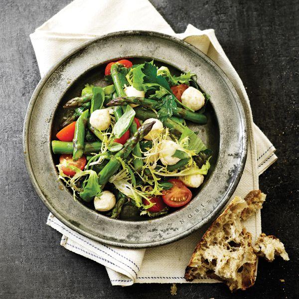 Salat med asparges, mozzarella og tomater
