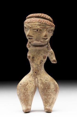 4/ P MOYEN - Pretty Lady, Figurilla bifacial, MNA. 7cm, 1200-600 aC. Usage de peinture corporelle ou faciale diverse. Certaines sont bicéphales. Parfois port de vêtement (pantalon, jupe). Interprétées comme un culte à la fertilité, trouvées par centaines, dans sépultures ou champs. Le concept de la dualité: lié aux changements naturels, comme dans le cycle agricole. Certaines portent un bébé, un petit chien. http://www.artehistoria.jcyl.es/v2/obras/21373.htm