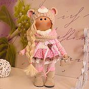 Купить или заказать Текстильная куколка-малышка Мышка в интернет-магазине на Ярмарке Мастеров. Текстильная куколка-малышка ручной работы Мышка. Рось 30 см., стоит сама. Сшита из кукольного трикотажа. Волосы- кукольные трессы. Одета в хлопковое платье, отделанное кружевом, вязаный шарф и шапочку, кукольные кедики. В ручках мишка связанный вручную.