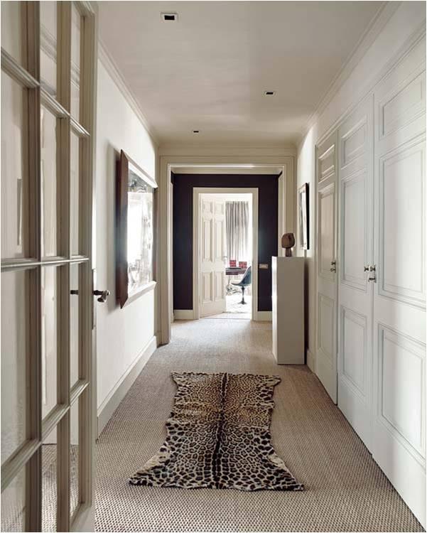 Pasillo con armarios y al final del pasillo todas las for Puertas y paredes blancas