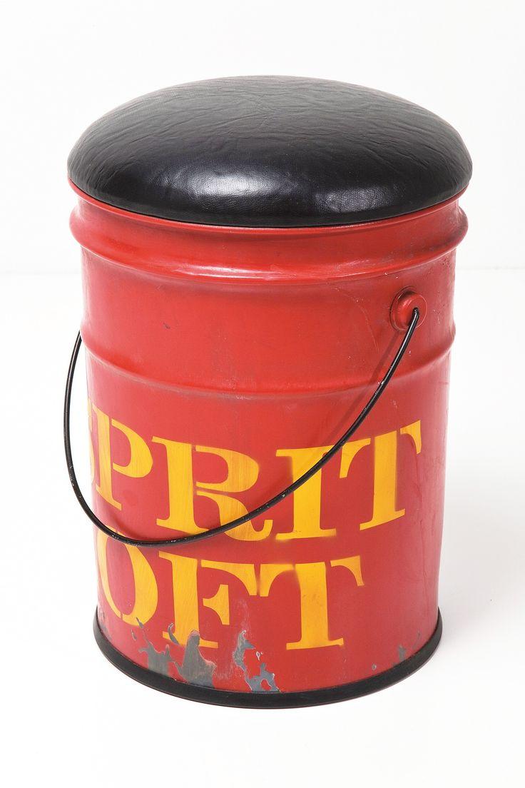 Puff Loft é uma ótima opção de decoração, você pode guardar objetos dentro dele também.  Cor: Vermelho,  Material: Metal,  Medidas: Diâmetro 33cm x Altura 39cm,  Marca: Kare Design