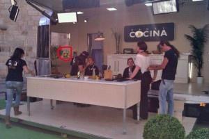 Una de las fotos trucadas que pululan por Internet en el que aparece el mono viendo la grabación del programa de Canal Cocina