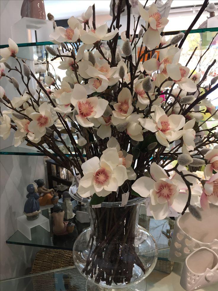Vaso in cristallo con magnolie e rami secchi. Creano un effetto fresco e elegante in qualsiasi tipo di ambiente. www.elisa-regali.it