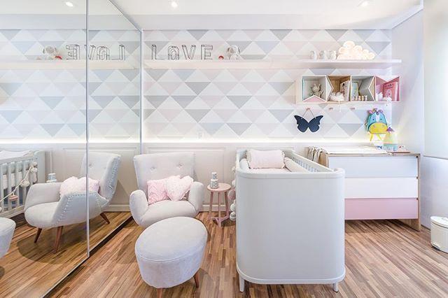 Para inspirar quartinho de bebê lindo by @figueiredo_fischer. E esse tem vários detalhes lindo da loja como luminária nuvem, enfeites de parede, quadros, moringa e kit higiene.  www.coisasdadoris.com.br. #bebemoderno