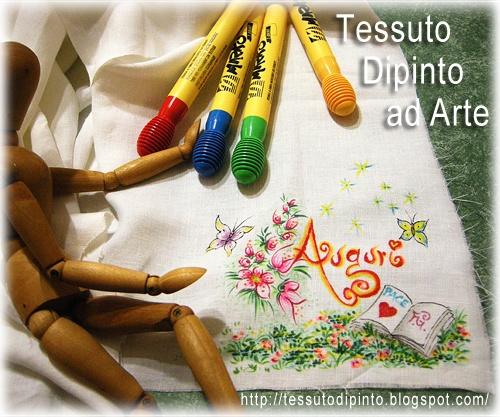Scritta decorativa: 'Auguri' dipinta a mano con pennarelli indelebili su tessuto naturale #handmade #artwork