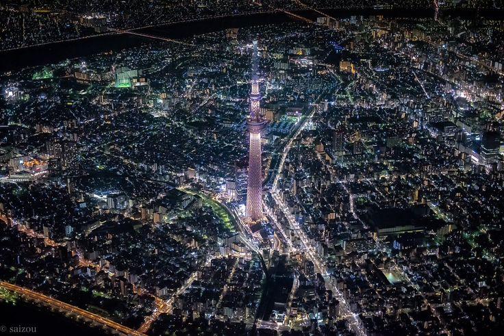 """""""セスナから東京の夜景を空撮してきました。  動脈のように走る車の流れや、夜でも燦々と輝く街の光。東京だからこそ撮れる景色。すごかったです。"""""""