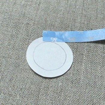 作り方2。端を折り返したマスキングテープを円い紙に貼ります。紙の0.5cmほど内側にガイドラインの円を書いておくと作りやすいです。