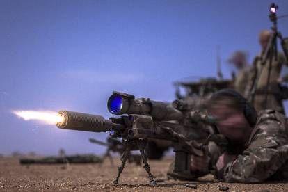 Een commando oefent het nachtschieten met een HK417-scherpschuttersgeweer met geluidsdemper op de schietbaan in Mali.