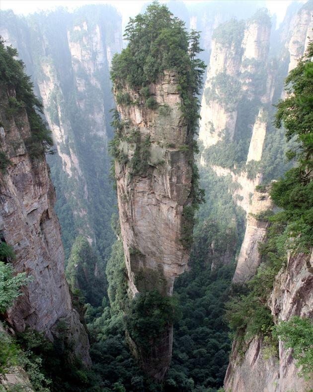 武陵源(中国・湖南省)。 最高300mに達する石柱が立ち並んでいる自然保護区で、1992年からは世界遺産にも登録されている場所です。