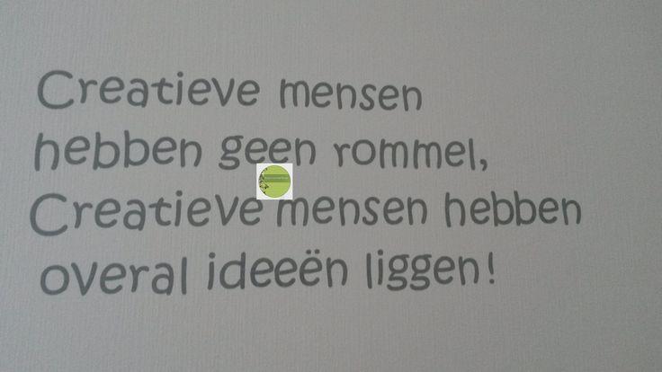 Tekst creatieve mensen op de muur geplakt
