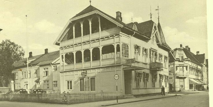 Hedmark fylke Elverum Hotel Central bygget i årene 1898-1899 av tømmer hentet fra Bjølset grenda. Byggherre Olaf Haagensen. Her var det 21 rom, utvidet et par år seinere. En kinosalog ølkneipe fantes og i bygget foruten Haagensens leilihet i øverste etasje. Før bilene gjorde sitt inntog, ble hester satt på stall og ga vondlukt for naboer. Foto E. Syringen