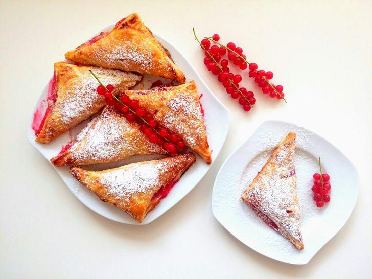"""Na śniadanie jeszcze gorące """"francuskie"""" trójkąciki z czerwonymi porzeczkami 😍 Pyszne 😋❤ Zapraszam do odwiedzenia mojej strony na fb https://m.facebook.com/eatdrinklooklove/ 💜 ------>  For breakfast still hot """"French"""" triangles with red currants. Delicious 😋❤ I invite you to visit my page on fb https://m.facebook.com/eatdrinklooklove/ 💜"""