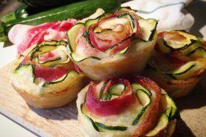 Rosette di pasta sfoglia, zucchine e bacon