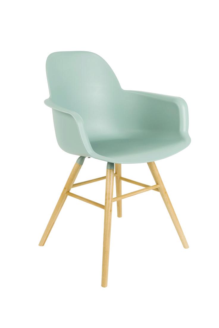 De Stoel Albert Kuip van Zuiver. Met armleuningen. De stoel is van kunststof en de poten van essenhout. https://www.boer-staphorst.nl/inspiratiereis/