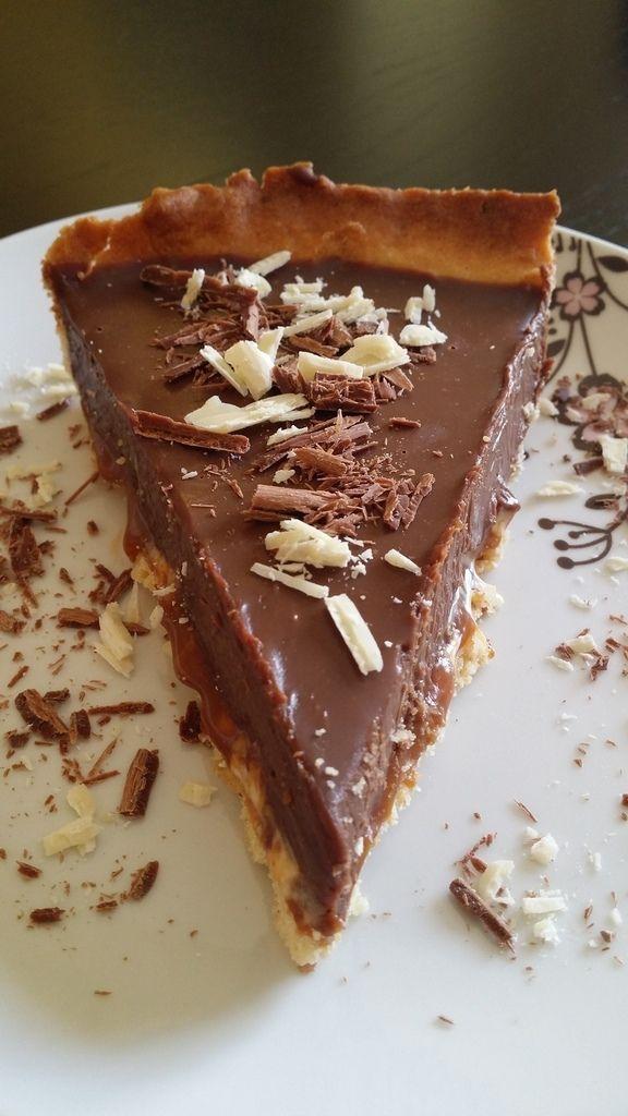 A quelques jours de pâques, j'aimerai vous proposer cette tarte au chocolat au lait de Pierre Hermé, grand pâtissier français, que j'ai adapté au thermomix. Une tarte délicieuse et gourmande qui cache en son coeur du caramel, du nougat et des cacahuètes...