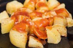 Aprende cómo preparar la famosa salsa brava española que se utiliza para las patatas bravas. Receta fácil y deliciosa que puedes hacer en tu casa.