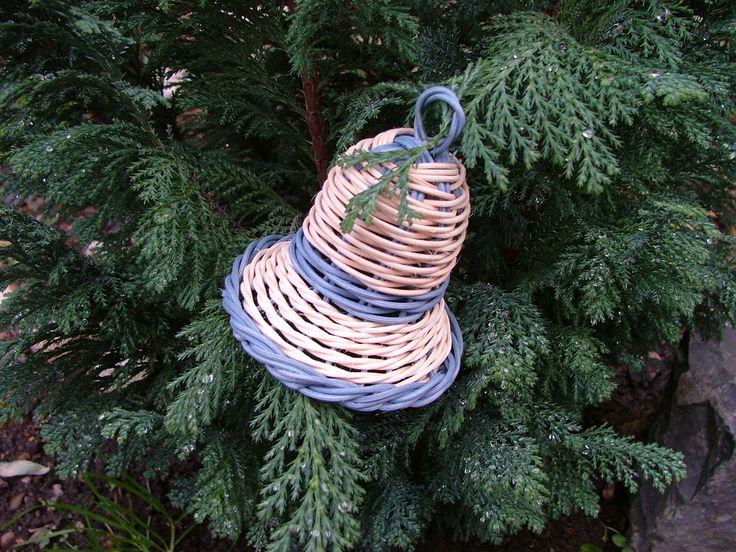 Malé barevné do modra Zvonek zhotovený z pedigu uprostřed korálek navlečen na šňurce výška zvonečku je9cm i s očkem na pověšení -barevné provedení přírodní s modrou( lze zhotovit i se zelenou )