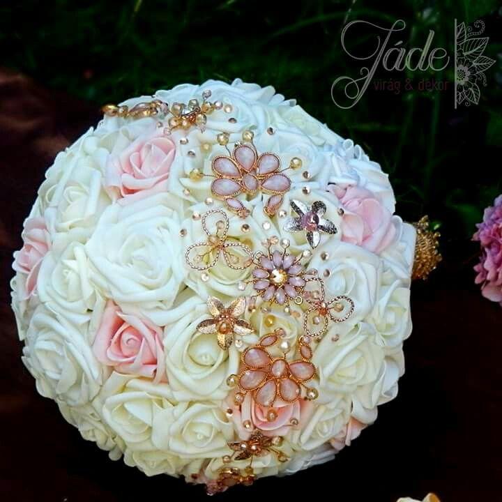 Rose gold menyasszonyi ékszercsokor #rosegold #menyasszonyicsokor #ékszercsokor #brosscsokor #esküvő #menyasszony #realttouch #habrózsa #örökcsokor #jewelrybouquet #jadevirag #csokor #wedding #weddingbouquet #broochbouquet