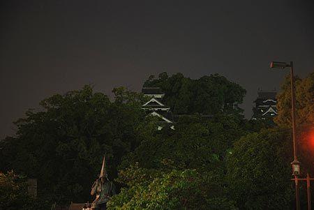 夜は黒。浮かび上がる城の闇の輝き。[2011/5 熊本城(熊本県)]© 2010 風旅記(M.M.) 風旅記以外への転載はできません...