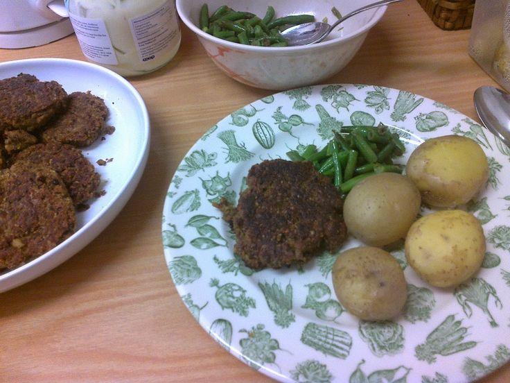 VEGAN, VEGETARIAN, HJÄRTLIGT GI: Svarta bönor, morot, kokt råris, biffar