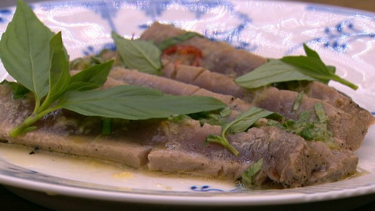 Lynstegt tun med thaibasilikum og lime er en lækker dansk opskrift af Sebastian Randrup fra Go' morgen Danmark, se flere fiskeretter på mad.tv2.dk