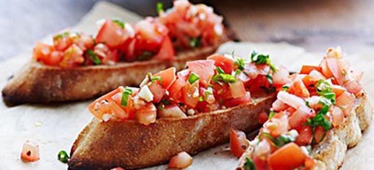 Mangler du en lækker forret eller tilbehør til din pastaret? Så prøv denne opskrift på bruschetta med hvidløg, basilikum og friske tomater.