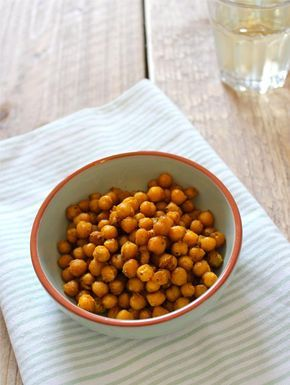 Gezonde snack: gekruide kikkererwten uit de oven || oven || kikkererwten, kerriepoeder, chilipoeder, knoflookpoeder, olijfolie, peper en zout, eventueel andere kruiden