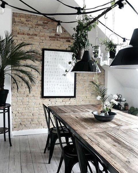 Sabe aquela parede da sala de jantar + cozinha? Vamos colocar um papel de parede ali e depois um tempão buscando referências que combinem com os móveis e estio da casa achei que esse mais rústico combinaria super. O que vocês acham?