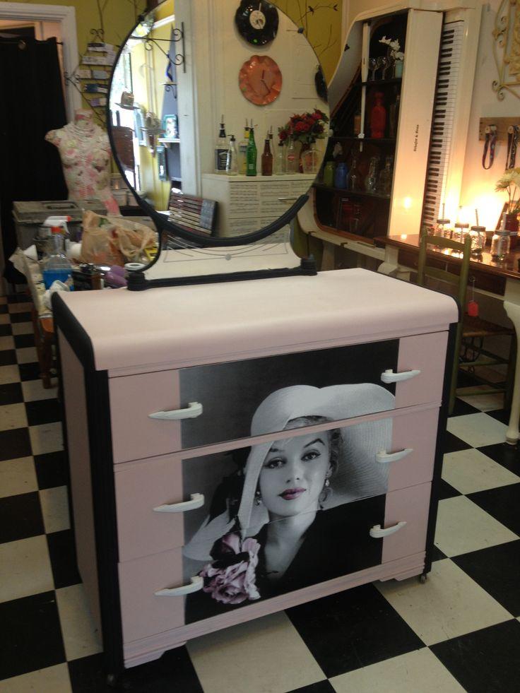 Marilyn Monroe pink/black dresser