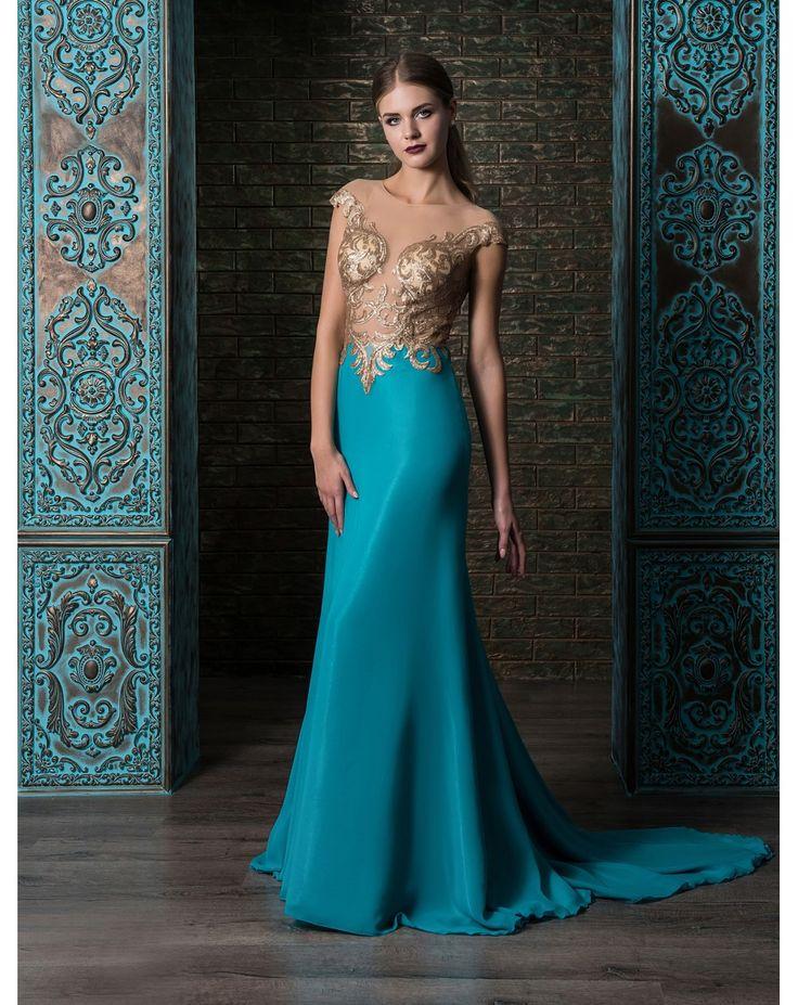 Extravagantné priliehavé večerné šaty so šifónovou sukňou s vlečkou. Zvršok je posiaty zlatou aplikáciou, priehľadný chrbát zdobí zapínanie na gombíky.