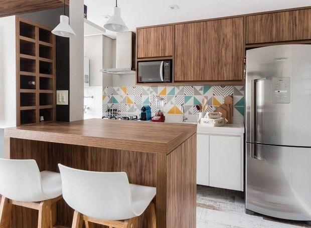 A cozinha aberta ficou mais charmosa e colorida com os azulejos da Lurca Azulejos (Foto: ATA Photograph/Divulgação)